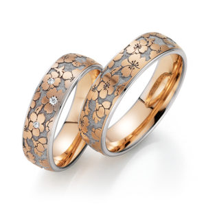 Silberner Ring mit rosanem Blumenmuster